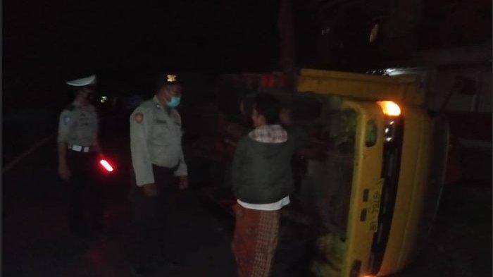 Ban Belakang Pecah pada Jalan Tanjakan & Menikung, Truk Terguling di Selemadeg Tabanan Bali