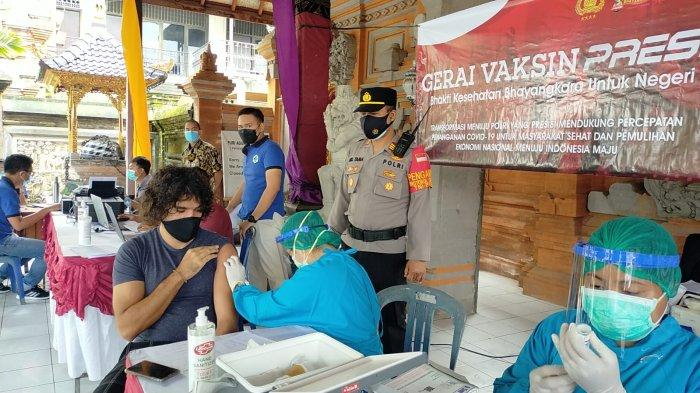 WNA di Ubud Ikuti Program Vaksinasi Massal, Kapolsek: Harus Ada Izin Kedutaan