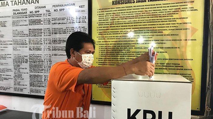 Gunakan Baju Tahanan Dan Masker, Mantan Wagub Bali Sudikerta Nyoblos di Rutan Polda Bali