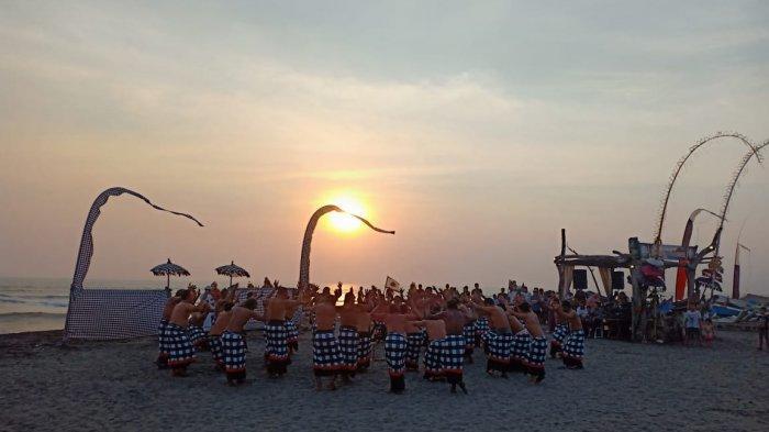 Suguhan Tari Kecak Batu Bolong Ditemani Sunset di Pantai Yeh Gangga