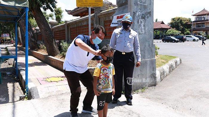 Turun ke Tempat Keramaian, Bupati Suwirta Sosialisasi Disiplin Pakai Masker