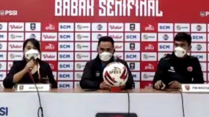 Syamsuddin Batola (tengah), pelatih PSM Makassar