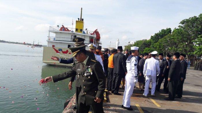 Hari Pahlawan 10 November - TNI dan Berbagai Elemen Masyarakat Gelar Upacara hingga Tabur Bunga