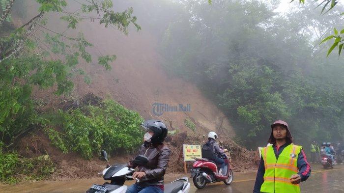 Tanah Setinggi 20 Meter Longsor, Jalur Gitgit Buleleng Macet Selama 30 Menit