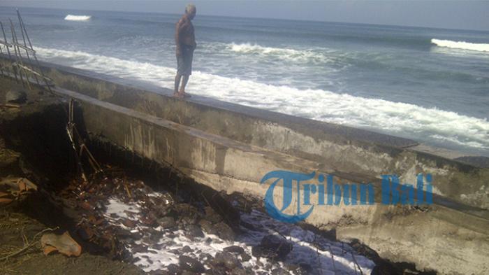 Tanggul Pantai di Yehembang Jebol Diterjang Gelombang Tinggi