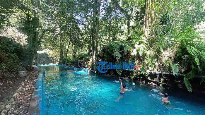 Sejumlah anak-anak tampak asik mandi di kolam renang bernama Telaga Tirta Nadi yang terletak di aliran sungai Yeh Sungi wilayah Banjar Selanbawak Kaja, Desa Selanbawak, Kecamatan Marga, Tabanan, Selasa 27 April 2021.