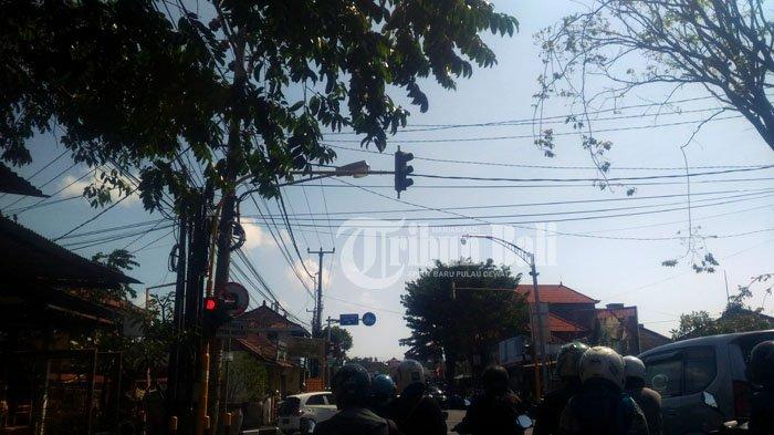 Traffic Light Miring Diterjang Angin di Jalan WR Supratman Denpasar