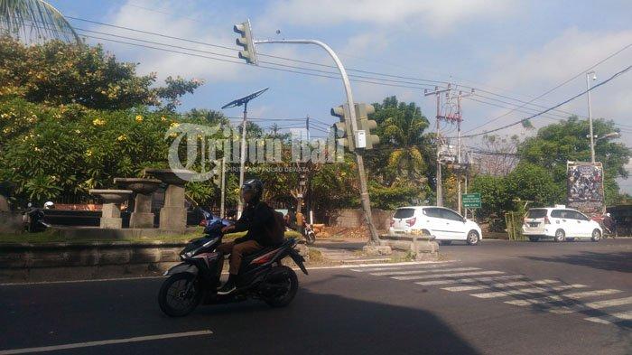 Tiang Traffic Light Bengkok Tertabrak Truk