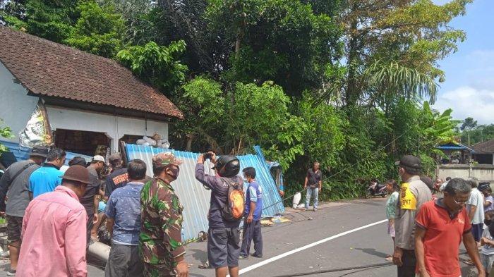 Tiang Listrik Tumbang Menimpa Sepeda Motor dan Tembok Penyengker di Sidemen Karangasem