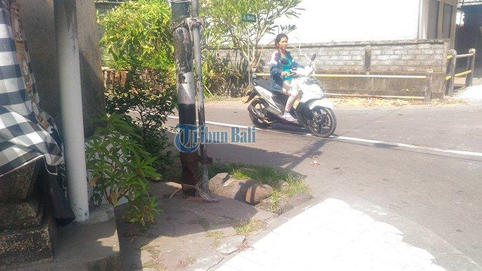Kondisi Tiang Telkom di Jalan Raya Guwang Bikin Warga Prihatin