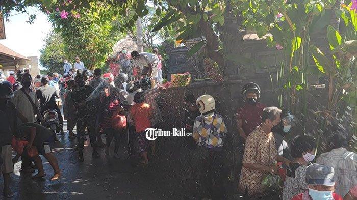 Picu Kerumunan, Aksi Sosial di Penataran Buleleng Dibubarkan, Warga Membandel Disemprot Air