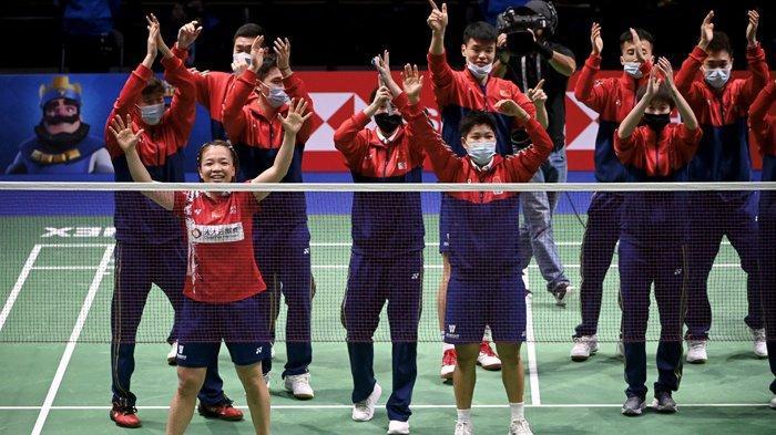 Tim China merayakan kemenangan Chen Qing Chen (depan kiri) dan Jia Yi Fan  atas Mayu Matsumoto/Misaki Matsutomo dari Jepang pada final ganda putri Kejuaraan Dunia Campuran Beregu Bulu Tangkis (Sudirman Cup) di Vantaa , Finlandia, Minggu 3 Oktober 2021.
