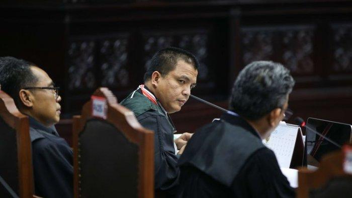 Detik-detik Anggota Tim Hukum 02 Denny Indrayana Lakukan Hal Tak Terduga Saat Sidang