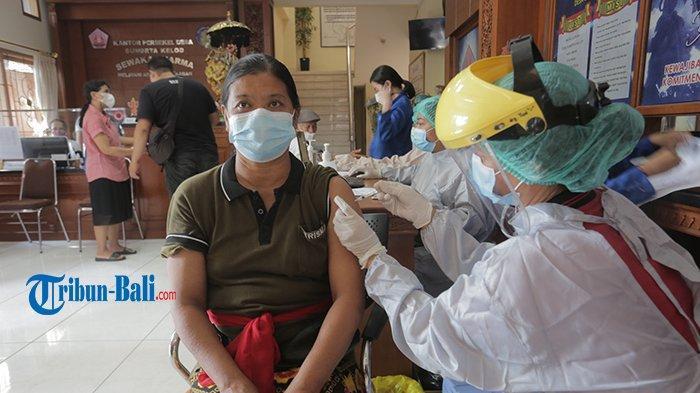 300 Lansia hingga Guru Ikuti Vaksinasi Covid-19 di Desa Sumerta Kelod Denpasar