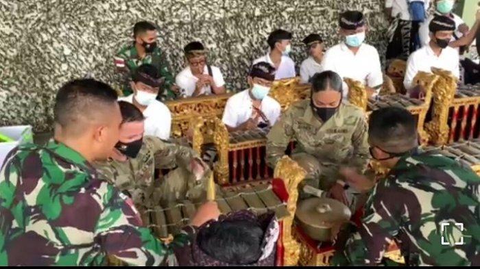 Prajurit Tentara AS Senam Maumere dan Belajar Alat Musik Tradisional Bali