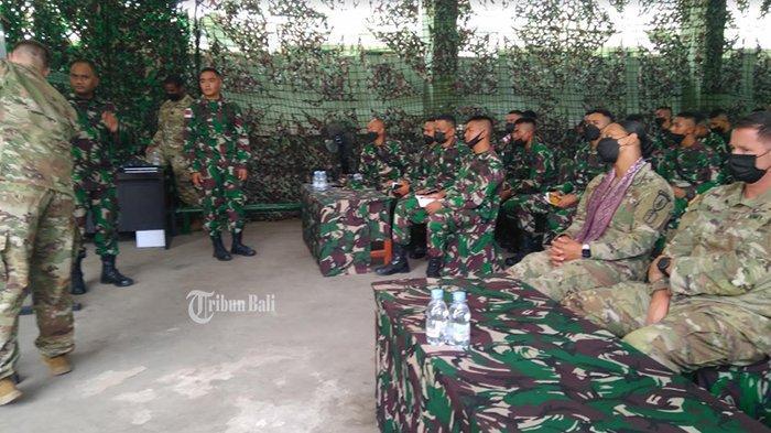 Tentara AS Latihan di Yonif Mekanis 741/GN Jembrana, Diskusi Senjata dan Teknik Menembak