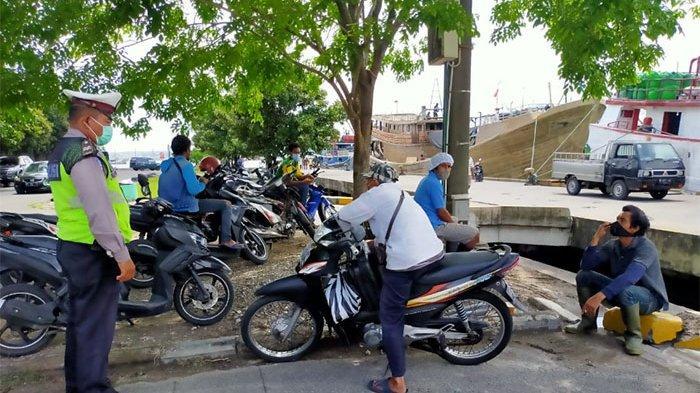Petugas Pantau Aktivitas Masyarakat di Pelabuhan Benoa, Nihil Ditemukan Pelanggar Prokes