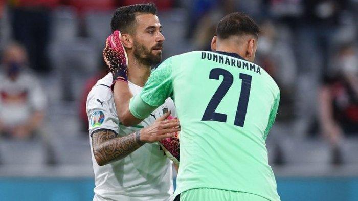 Leonardo Spinzzola dan Gianluigi Donnarumma dalam pertandingan perempat final Euro 2020 antara Belgia dan Italia di Allianz Arena, Muenchen, Jerman, Sabtu, 3 Juli 2021 dini hari WIB.