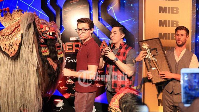 Tom Holland dan Chris Hemsworth Sapa Fans di Bali, Keduanya Dapat Surprise Wayang Kulit