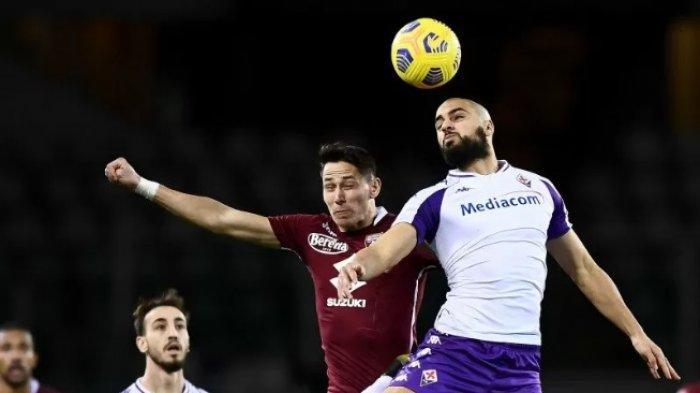 Pemain Torino Sasa Lukic (kiri) berduel memperebutkan bola dengan gelandang Fiorentina Sofyan Amrabat (kanan) pada pertandingan Liga Italia yang dimainkan di Stadion Grande Olimpico Torino, Turin, Jumat, 29 Januari 2021.