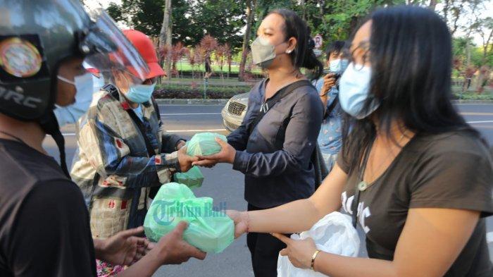 Transpuan Perwaron Bagi-bagi Nasi di Denpasar, Sekaligus Kampanye Stop Stigma dan Diskriminasi