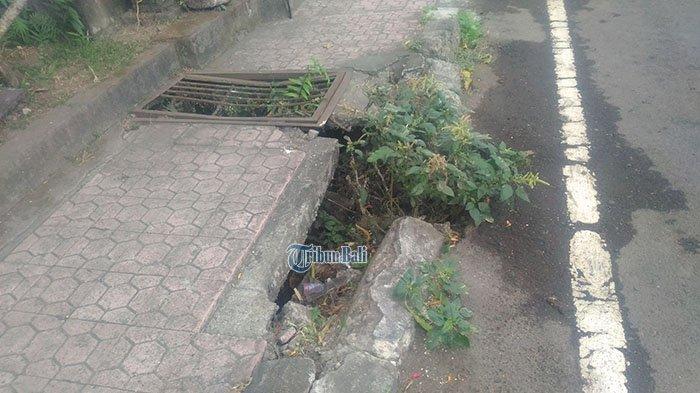 Hati-hati, Ada Trotoar yang Jebol di Jalan Raya Celuk Gianyar