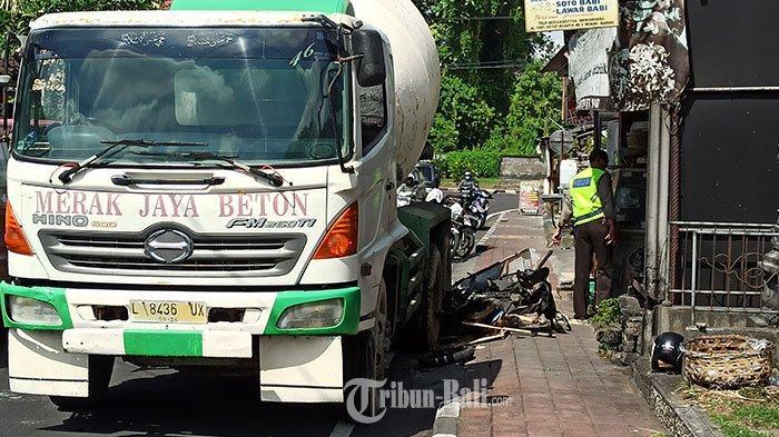 Truk molen yang mengangkut campuran beton menabrak motor penjual krupuk yang parkir di Jalan Banjar Pengiasan, Mengwi, Badung, Selasa 8 Juni 2021.