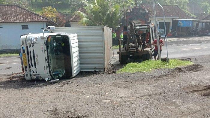 Truk Terguling di Desa Pengeragoan Pekutatan, Body Samping Rusak