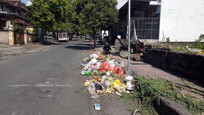 Sampah Berserakan di Pinggir Jalan Kota Amlapura, Warga Keluhkan Minimnya Tong Sampah, Ini Kata DLH