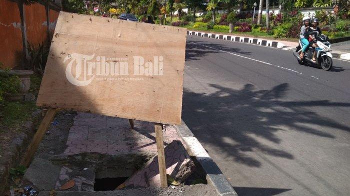 Membahayakan Siswa, Tutup Trotoar di Jalan Gajah Mada Klungkung Ini Jebol