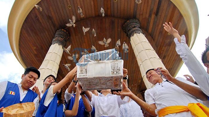 Umat Buddha di Vihara Buddha Sakyamuni Lepas 1.250 Perkutut