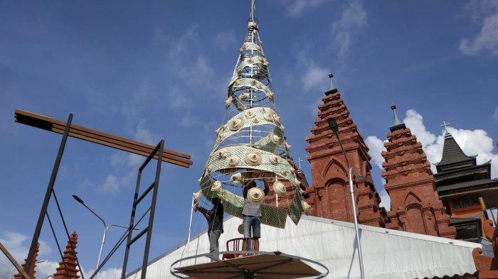 Gereja Katedral Denpasar Buat Pohon Natal Berbahan Anyaman Lontar Setinggi 11 Meter