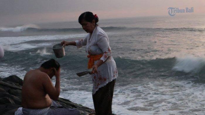 BMKG Denpasar Imbau Masyarakat Hati-hati Aktivitas di Pantai Saat Banyupinaruh, Ombak Capai 2 Meter