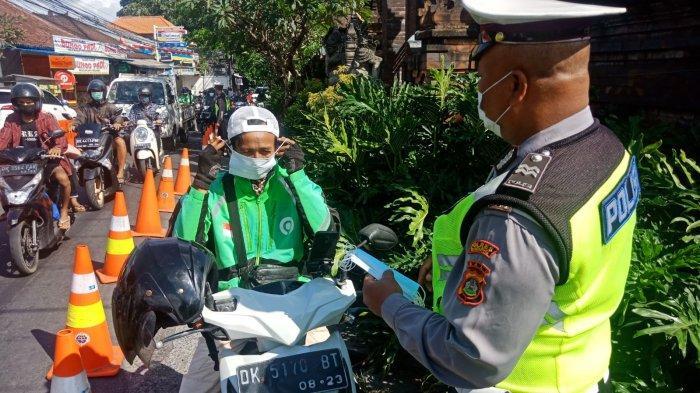 Unit Lantas Polsek Kuta Utara Bagikan Masker dan Beri Imbauan Terkait Prokes di Pos Pengetatan