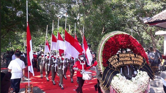 Tanda Penghormatan Terakhir kepada 53 Awak KRI Nanggala 402, Lanal Denpasar Tabur Bunga di Laut