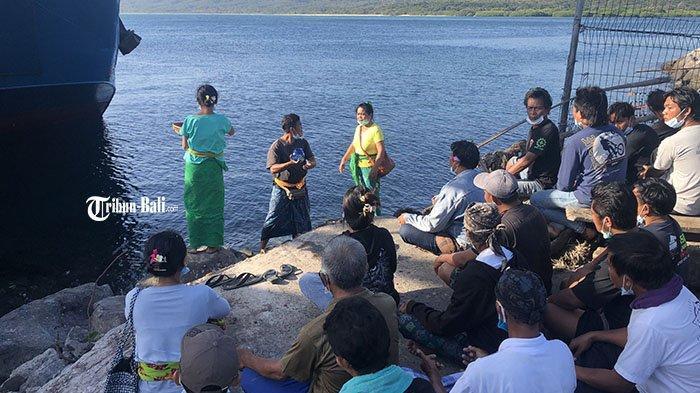 Keluarga Korban KMP Yunicee Gelar Upakara di Pelabuhan Gilimanuk, Mohon Cepat Ditemukan