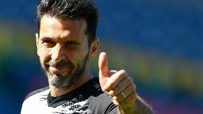 Update Liga Italia: Buffon Pamit dari Juventus Akhir Musim Ini, Begini Pesannya ke Ronaldo dan Tim. Kiper legendaris Juventus Gianluigi Buffon mengacungkan jempolnya.