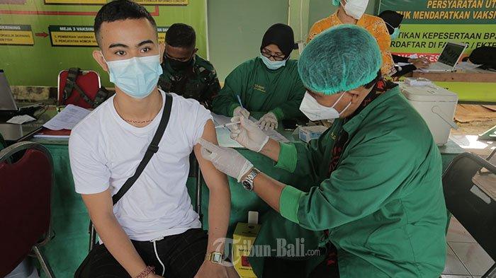 Tim medis menyuntikkan vaksin pada anak dan remaja dalam kegiatan vaksinasi massal guna mempercepat program pemerintah untuk mencapai kekebalan komunal menuju Indonesia sehat bebas Covid-19 di RSAD Udayana, Denpasar, Jumat 2 Juli 2021.