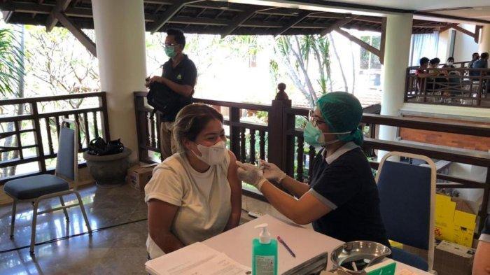 Pekerja WNA di Zona Hijau Sanur Bali Disuntikkan Vaksin Covid-19