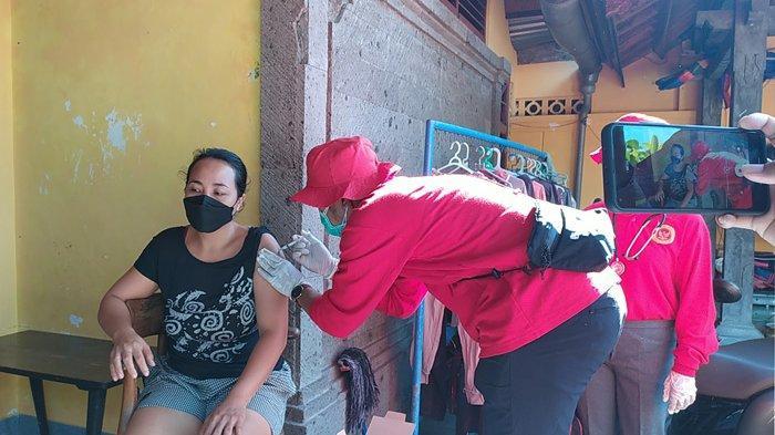 BIN Daerah Bali Bantu Dinkes Buleleng Laksanakan Vaksinasi Door to Door