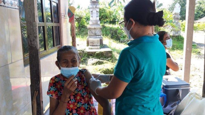 Bhabin Polsek Negara Dampingi Nakes Sasar Vaksinasi Warga Disabilitas di Desa Berangbang