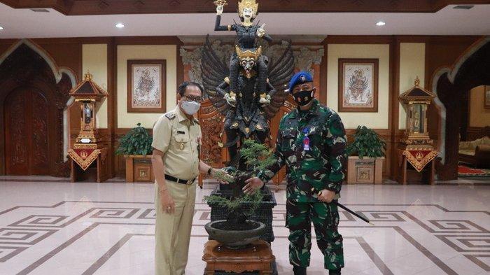 Wakil Bupati Badung Menerima Danlanud I Gusti Ngurah Rai, Dapat Hadiah Bonsai