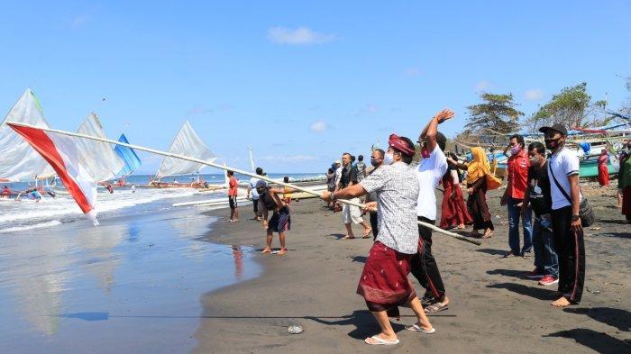 Buka Lomba Layar Balap Jukung di Air Kuning Jembrana, Wabup Kembang: Wujud Syukur Hasil Laut