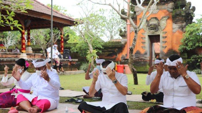 Persembahyangan Hari Saraswati di Pura Lingga Bhuwana Badung Berlangsung Khusuk dengan Prokes Ketat