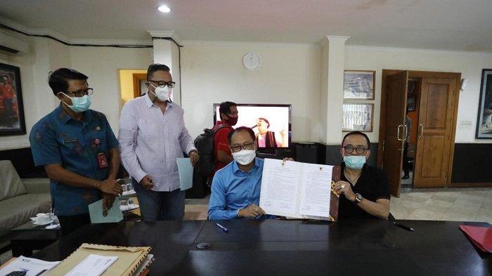Wabup Suiasa Serah Terima Sertifikat, Tukar Lokasi untuk Pembangunan Balai Banjar Campuan Asri Kauh