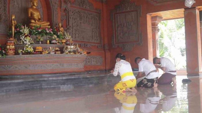 Sembahyang Hari Raya Waisak di Wihara Giri Manggala Buleleng, Umat Kenakan Pakaian Adat Bali
