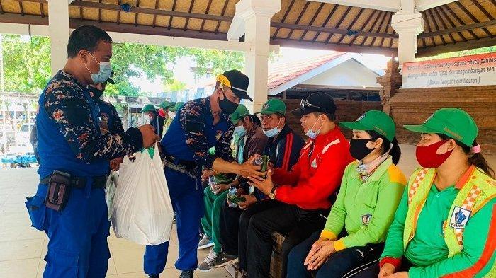 Sambut Hut Polairud ke-70 Wakapolres Badung Bersih-Bersih Pantai Petitenget dan Berbagi Sembako