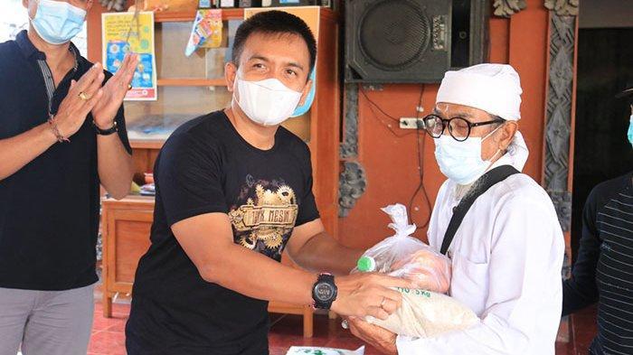 Serahkan Bantuan, Wabup Jembrana Galang Dukungan Masyarakat untuk Tangani Pandemi