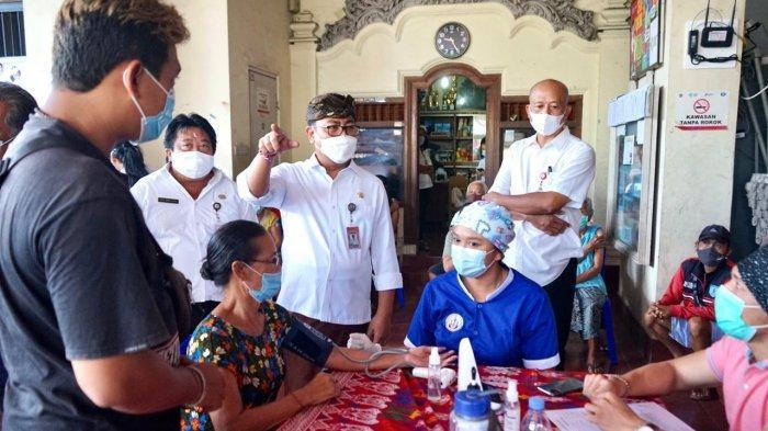 Percepat Cakupan Vaksin Lansia, Arya Wibawa Tinjau Vaksinasi Jemput Bola di Desa Dangin Puri Kaja