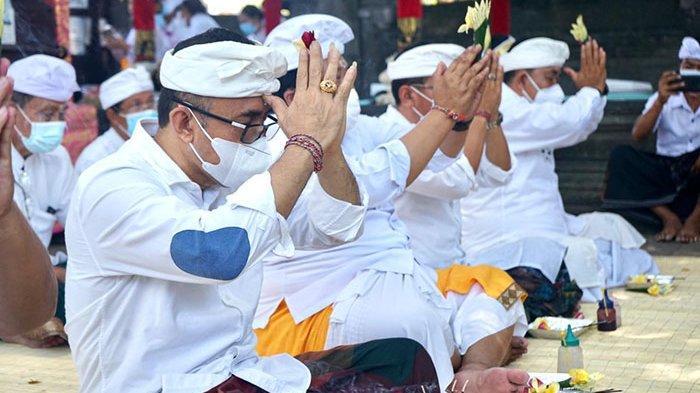 Walikota Jaya Negara Ngaturang Bhakti Pujawali di Pura Taman Sari Denpasar